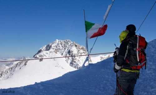 Na vrcholu stojí chata 4 554 m