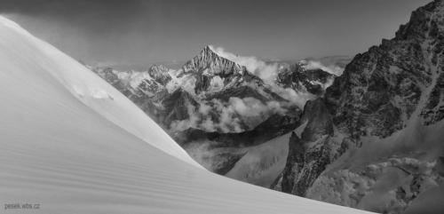 Weisshorn 4 545 m z výšky kolem 4 000 m