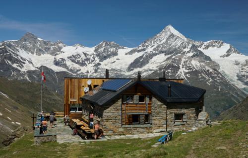 Täschhütte 2 702 m.