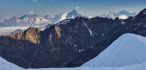 Bernské Alpy v dálce